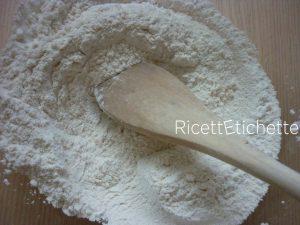 unire e mescolare farina e lievito