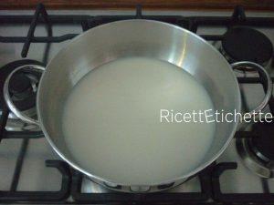 versare bevanda di riso pentola
