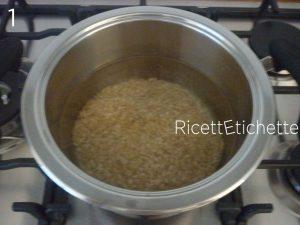 versare riso acqua pentola